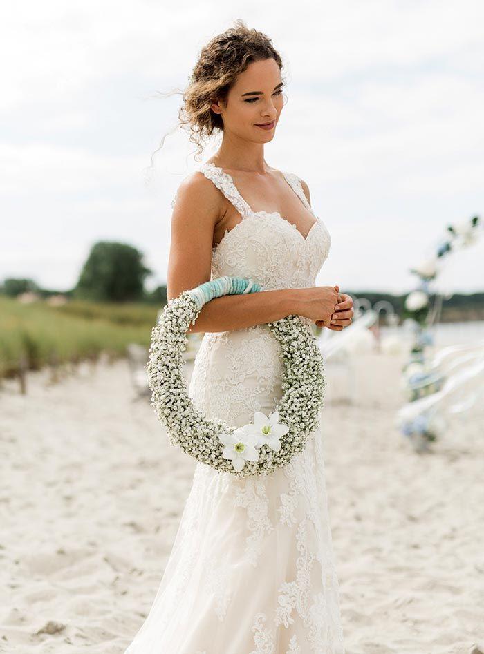 Der Blumenkranz zur Hochzeit ist ein moderner Brautstrauß. Wer trotzdem einen klassischen Brautstrauß möchte, kann sie in der Galerie inspirieren lassen...