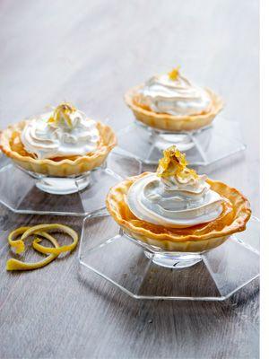 Lemon pie  Prepara estos pasteles de limón con merengue.   La receta: http://www.mujeresreales.es/cocina/postres/articulo/lemon-pie-361447412622