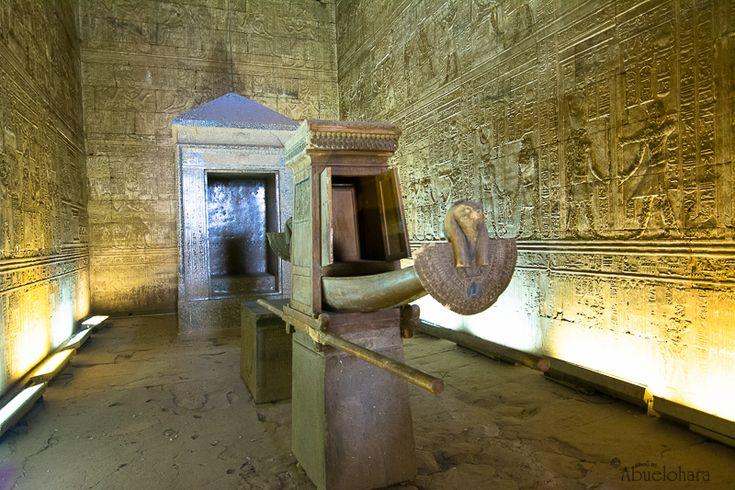 BARCA SAGRADA en el interior del TEMPLO DE HORUS en EDFÚ. Está ubicado a 90 Km al sur de Luxor.
