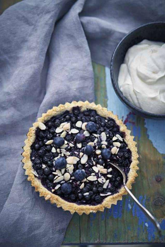 En utsökt paj som passar både som dessert och till den lite finare kaffestunden. Honung är inte tvättäkta LCHF, men betydligt bättre än vanligt socker.