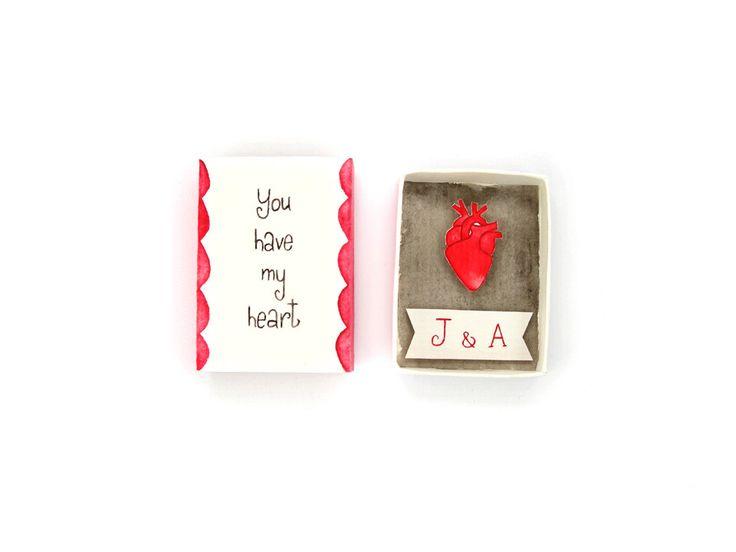 Anatomisches Herz in Streichholzschachtel: ein einzigartiges Geschenk zum Valentinstag, welches du personalisieren lassen kannst. Auf Etsy.