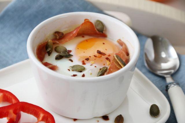Egg i kopp med tomat, ost og spekeskinke.   Eventuelt Egg + div i kopp. Dekk koppen med olje/smør, vispe sammen, og sett 3-3,5 min. i mikobølgeovn.   Spinat, tomat, paprika, fetaost etc.  Brød i kopp:  1 egg 3 1/2 ss melk Knapt 1 dl glutenfri melblanding 1/2 ts bakepulver  Smør koppen med olje. Ha i egg og melk, miks godt. Tilsett det tørre. Rør godt sammen.  Stekes i mikrobølgeovn på full effekt i ca. 2 min. Smaker best når de ristes i etterkant.  (settes inn i kald stekeovn, 200°C, 12-13…