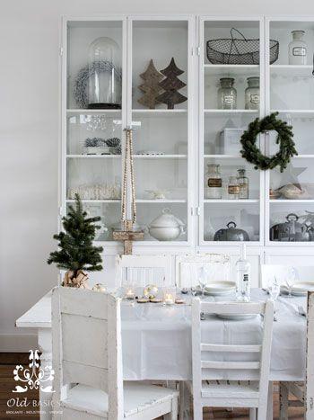 Old BASICS in VT Wonen | Old BASICS ijzeren apothekerskast op maat van OldBASICS witte brocante stoelen en landelijke eettafel samen in warme kerstsfeer. Brocante Industrieel Vintage