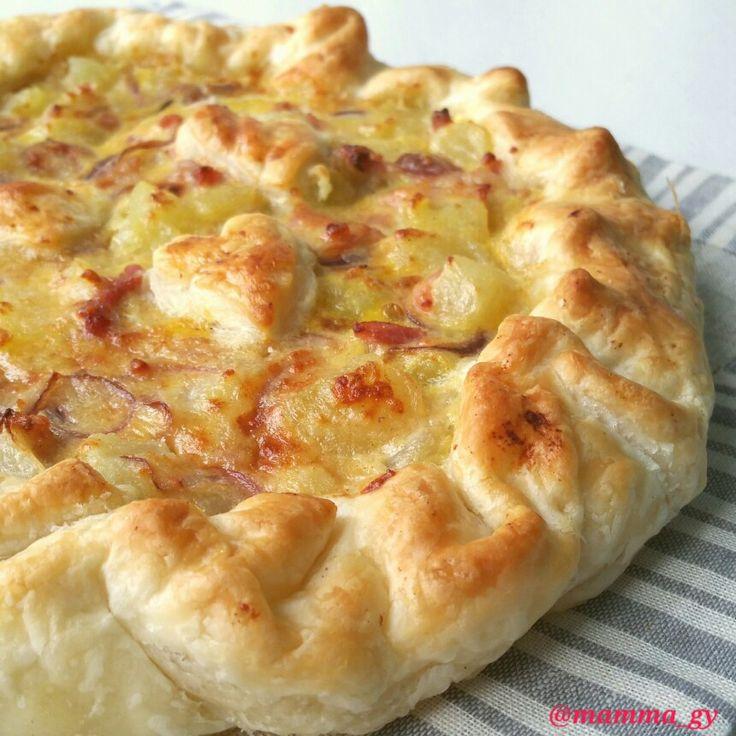 Oggi facciamo una torta salata con base di pasta sfoglia ripiena di patate e cipolla rossa di Tropea aromatizzata con la paprika. È una