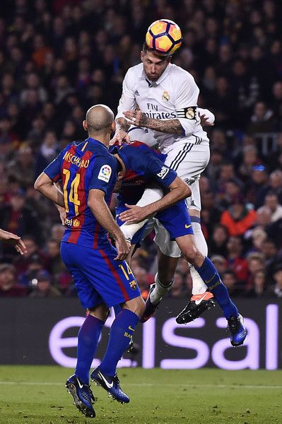 Real Madrid's defender Sergio Ramos (R) heads the ball to score the equalizer during the Spanish league football match FC Barcelona vs Real Madrid CF at the Camp Nou stadium in Barcelona on December 3, 2016. / AFP / JOSEP LAGO