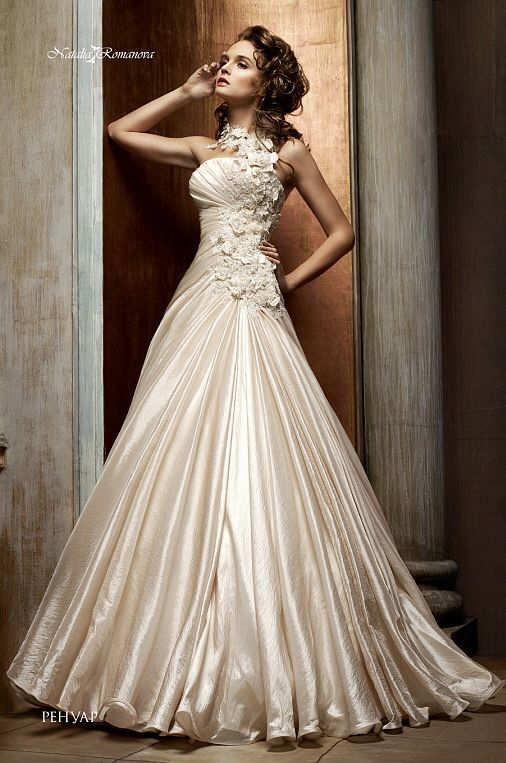 Фактурное свадебное платье «принцесса» из плотной сияющей ткани, украшенное сверху бутонами.