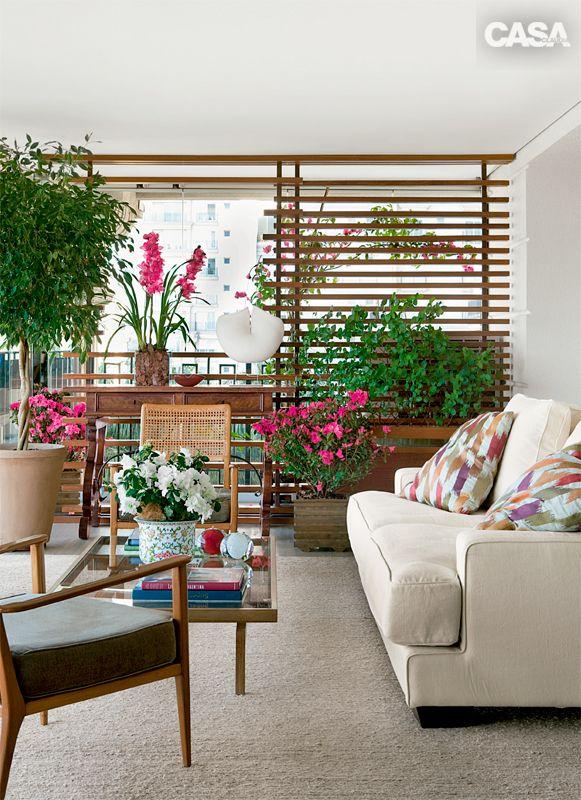 A sensação de jardim veio com as várias espécies em vaso, algumas altas e volumosas, que preenchem o local de forma harmoniosa.