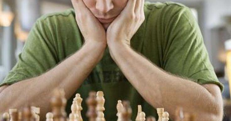 Cómo pensar en los movimientos de tu oponente en el ajedrez. Una partida de ajedrez es el máximo enfrentamiento mental entre dos oponentes. Utilizando sus cerebros como armas y las piezas como munición, ambos contrincantes se esfuerzan para crear ideas inteligentes y complejas que luego manifiestan sobre el tablero. Nada es más frustrante y desalentador para un jugador que quiere mejorar, que mirar con ...