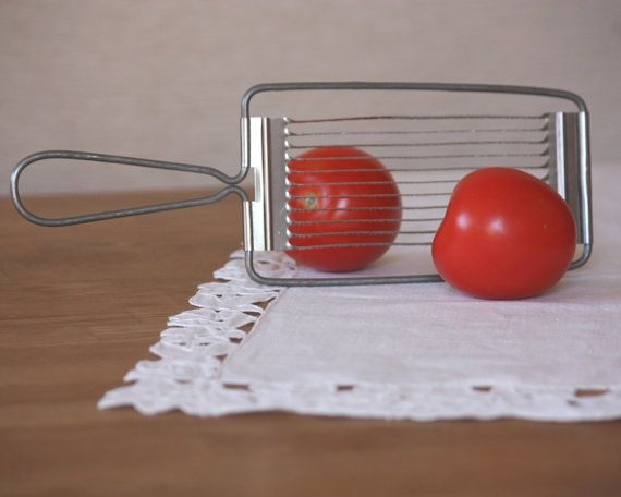 """Coupelégumes Vintage tomate trancheuse. Elle n'avait rien d'efficace cette """"trancheuse""""! Ou alors les tomates de maman étaient particulièrement rétives;-)"""
