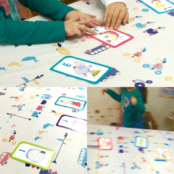ウォーク・ホップ・ラン ゲーム‼︎ 歩いたり、片足跳びしたり、走ったりしながら、ABCカードを使用しカルタ形式フォニックストレーニング!(英語発音練習法) 子供達はゲームをしながら楽しく発音を単語学んでいます。