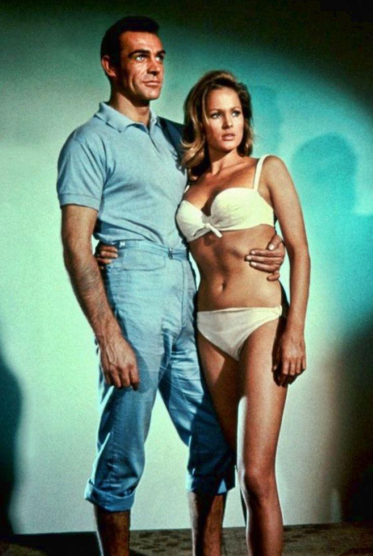 """Sean Connery y Ursula Andress en """"Agente 007 contra el Dr. No"""", 1962"""