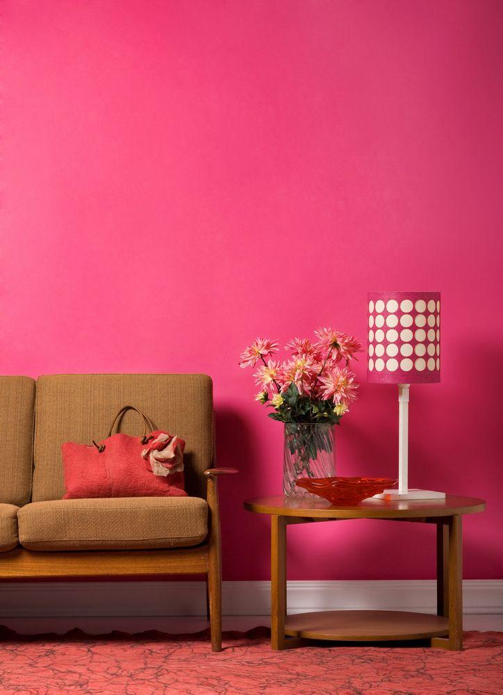Consigue un espacio rústico con un color rosa mexicano y muebles color madera.