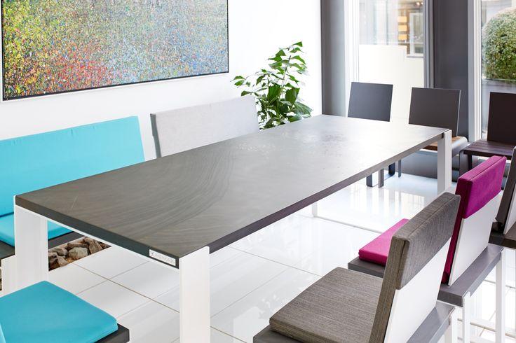Rheingruen-Living Serie R1. Sitzplatten und Tischplatte mit original Quirrenbach Grauwacke. Individuelle und hochwertige Outdoormöbel von Rheingrün Living.