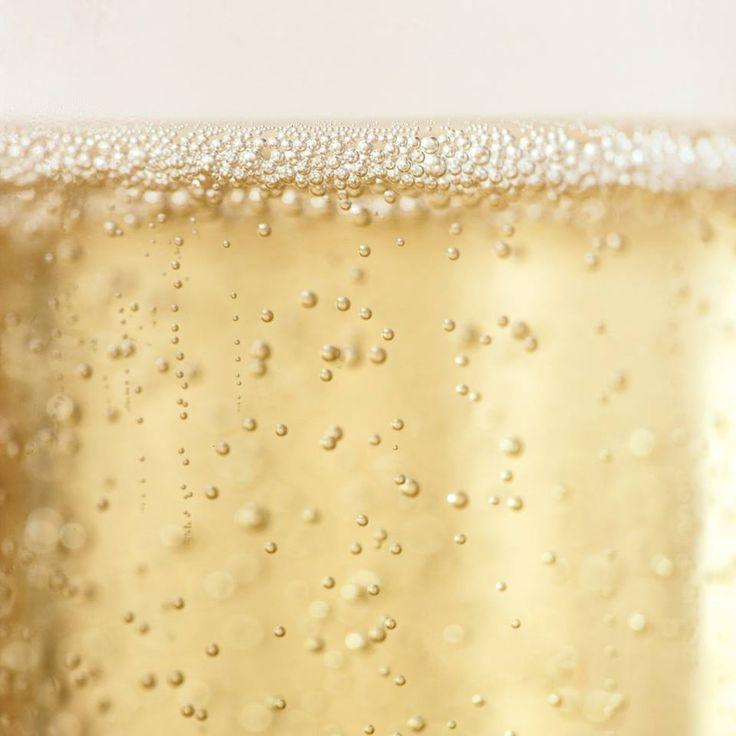 Czy wiecie, że badacze z Moet&Chandon twierdzą, że w butelce szampana jest nawet 250 milionów bąbelków? Po więcej wiedzy i ciekawostek o winie zapraszamy na http://www.vinotrio.com.pl/