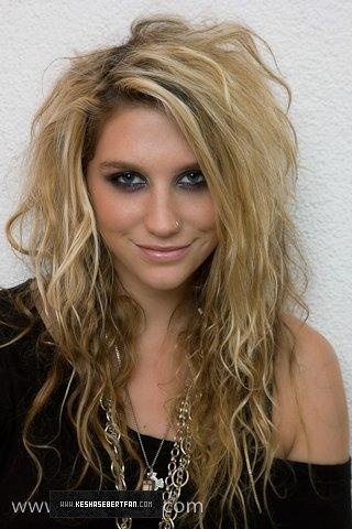 Don't particularly like the artist, but i do lovee this hair! SOOO cute and awesome!