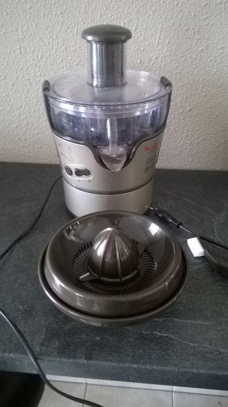 Centrifugeuse Moulinex Elea Duo 2 en 1: comme son nom l'indique, elle fait centrifugeuse, mais aussi presse-agrume électrique. Elle est quasiment neuve, elle n'a servi que 4-5 fois car je n'en ai pas l'utilité plus que ça finalement. Elle est très facile à utiliser et à nettoyer.