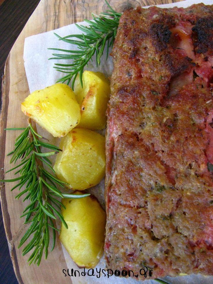 Ρολό κιμά γεμιστό με ζαμπόν, τυρί και πιπεριά. Μαλακό και αφράτο ρολό, με πλούσια γεύση. Ένα μαμαδίστικο φαγητό για όλη την οικογένεια!