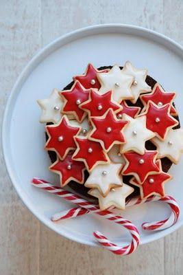 Hübsche Idee. Aus weißem oder buntem Fondant oder Marzipan gleiches Motiv wie die Kekse ausstechen und mit Zuckerguß auf die Plätzchen kleben