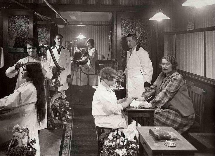 1928 Utrechtsestraat 12 Kapsalon Maison Recamier aan de schoonheidssalon dames