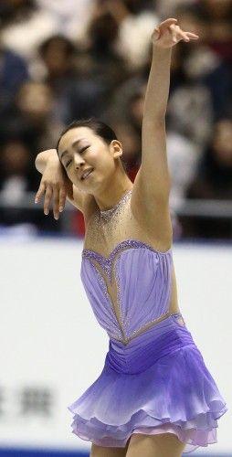 フィギュアスケートグランプリシリーズ第4戦NHK杯の女子ショートプログラムで1位となった浅田真央の演技=東京・国立代々木競技場で2013年11月8日 (254×500) http://mainichi.jp/feature/news/20131108org00m050007000c.html