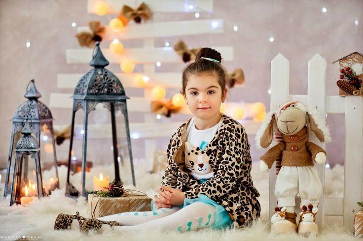 Детское новогоднее фото с игрушечной овечкой на фоне эко-елки