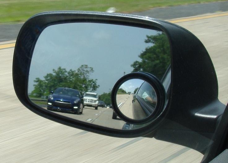 """El Auto azul en el espejo es un """"Godzilla"""" Nissan GTR, 480 caballos de fuerza, 3.8 v6 doble turbo. Un vehículo relativamente económico en comparación con otros vehículos más costosos y que son menos veloces. En EEUU su precio promedio es de poco más de $90,000 usd y en PR sobre $145,000 usd. Protagonista en películas de Hollywood y juegos de vídeo y el Sueño de jóvenes y viejos."""