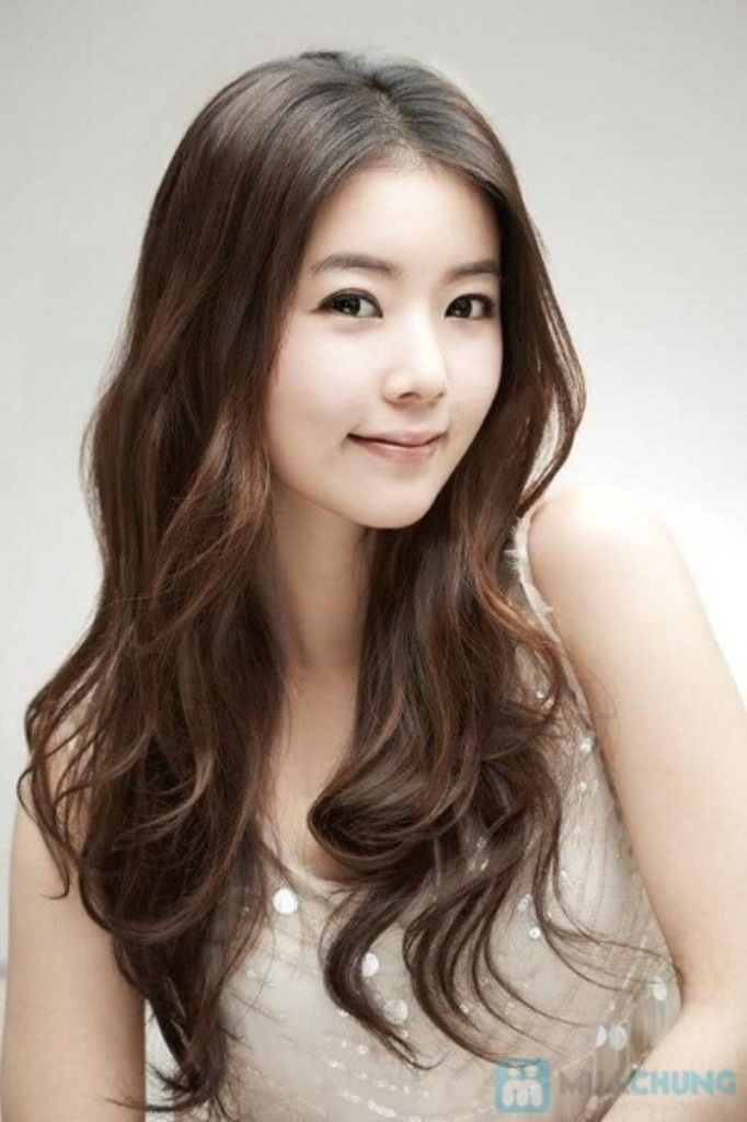 Loose waves with center part. on The Fashion Time  http://thefashiontime.com/5-best-korean-hairstyles-long-hair/#sg4