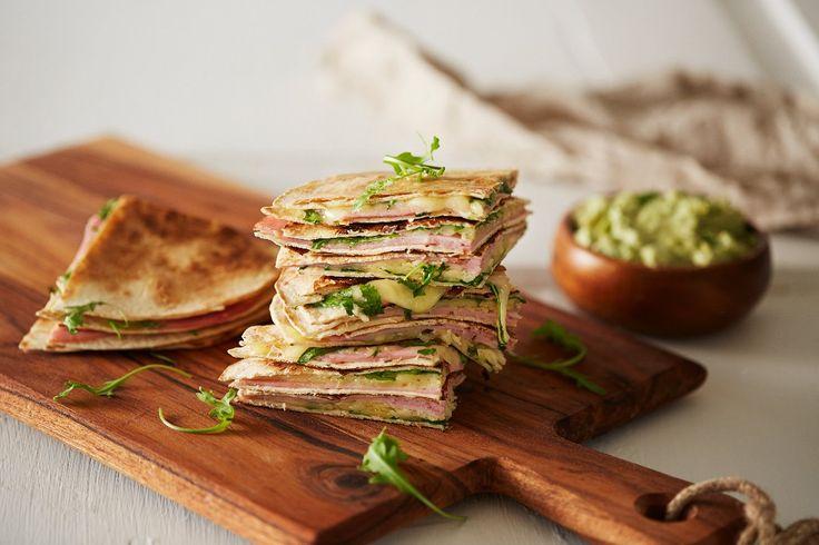 Fyll tortillas med skinke, ost og ruccola, og du har herlige quesadillas. Vil helt sikkert falle i smak hos store og små.