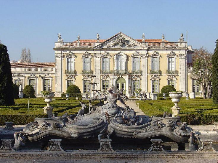 Rokokoo tyylinen Queluzin palatsi Portugalissa.