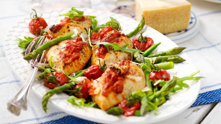 Fira fredag med en läcker och fräsch kycklingrätt med röd pesto och sparris. Både enkelt och gott!