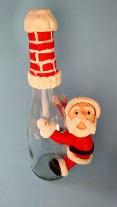 Papai Noel em biscuit, escalando garrafa com chaminé na boca da garrafa, perfeito para presente de natal, altura total da garrafa 30 cm, altura do Papai Noel 15 cm. Modelo a Pronta entrega,