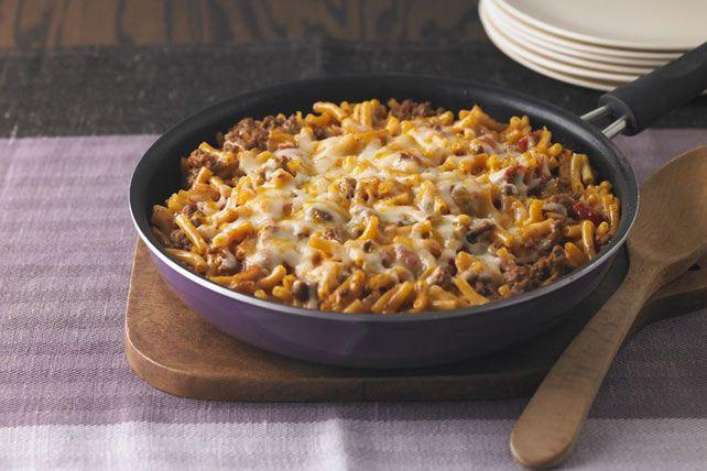 Si vous avez sous la main une livre de bœuf haché et un paquet de Macaroni et fromage KRAFT DINNER, vous avez les ingrédients de base pour préparer ce plat. Ajoutez-y des tomates en dés et du fromage râpé, et le tour est joué.