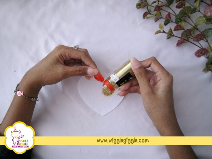 2.When it is done, start spreading the glitter powder evenly over the paper's surface. Choose the glitter color as you like, match it with your mood and your taste.. Visit us at www.wigglegiggle.com