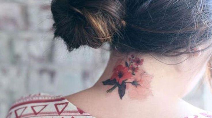 Femme tatouage nuque