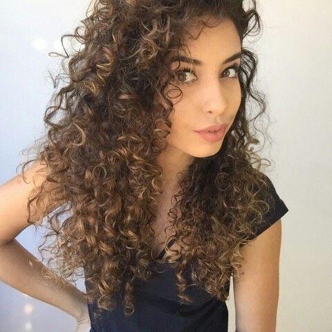 Luzes em cabelo cacheado