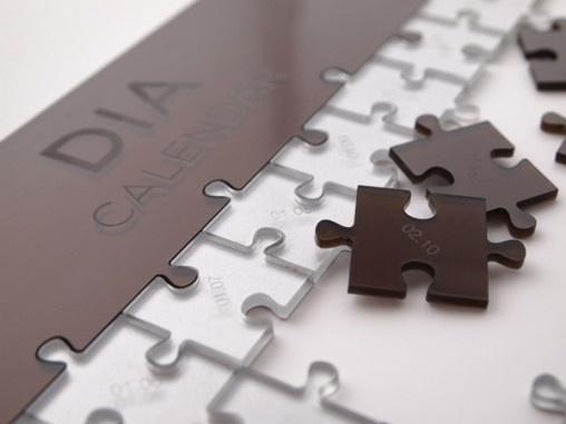 """""""Dia"""" é nome dado ao calendário quebra-cabeça, universal, do designer de produto português Gonçalo Campos, criado para ser estilizado da forma como o seu dono enxerga e se relaciona com a passagem do tempo. Com 366 peças, para ser utilizado também em anos bissextos, """"o calendário permite a você ver o ano passar de uma forma mais natural e o deixa interpretar o tempo, que passa de um jeito intuitivo, adicionando uma peça por dia"""", completou o designer."""