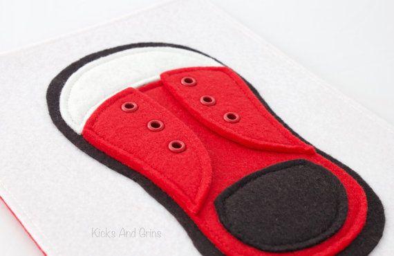 Help uw weinig liefde leren te binden hun schoenen! Deze schoen is liftbaar kleppen, oogjes en een kant van de echte schoen voor kleintjes om te leren hoe om te binden. Wilt aanpassen van de schoen? Stuur me een gesprek en kunnen we de details bespreken.  De pagina meet ongeveer 8,5 x 7 en wordt ondersteund met vilt (kleur kan variëren van de ene afgebeeld). Het heeft 2 gaten geslagen aan de linker kant voor de binding met lint of ringen.  Deze rustige boekenpagina bestaat voornamelijk uit…