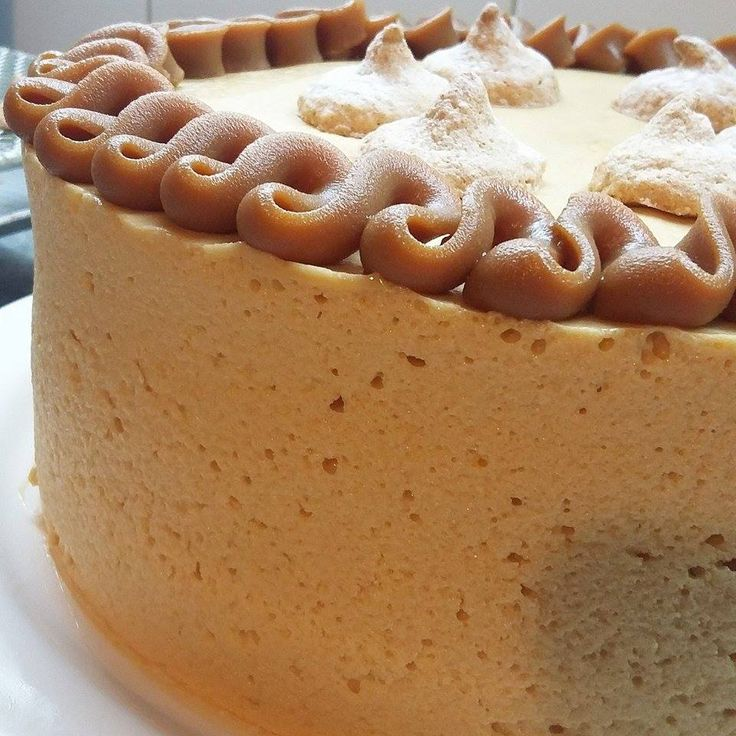 Gâteau argentina: mousse de dulce de leche al ron con tres capas (internas) de merengue de almendras y coco.