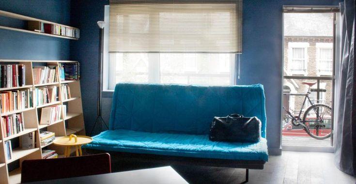 35mq a Londra. Le pareti e il soffitto sono stati dipinti in una tonalità di blu scuro, creando una base per evidenziare i colori dei vari arredi.