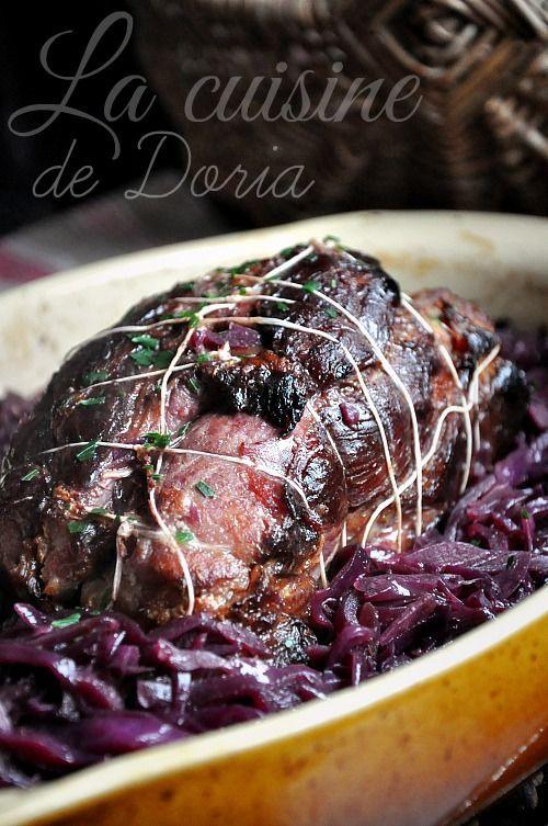 Une recette dont l'inspiration provient du Saveurs n°207... Ingrédients pour 4 à 6 personnes 1 épaule de porc fumée d'1,2 kg désossée 8 gousses d'ail 1 chou rouge 5 cl de vinaigre de Xérès 15 cl de vin rouge 1 gros oignon rouge émincé 20 gr de beurre...