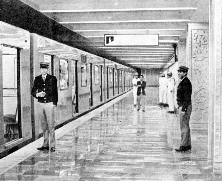 1969 estación del Metro Insurgentes, aprecie a los empleados de seguridad en uniforme de aquella época.