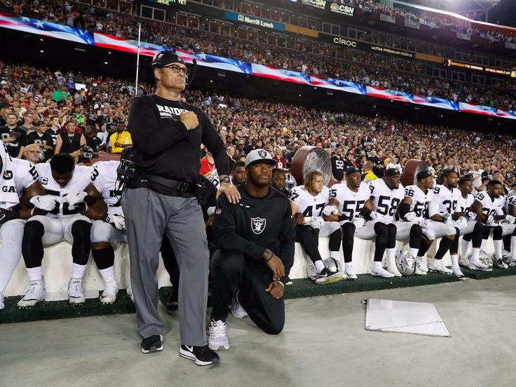 La mayoría de los Raiders de Oakland de la tie para el himno nacional antes del inicio del partido de la Noche del domingo de Fútbol
