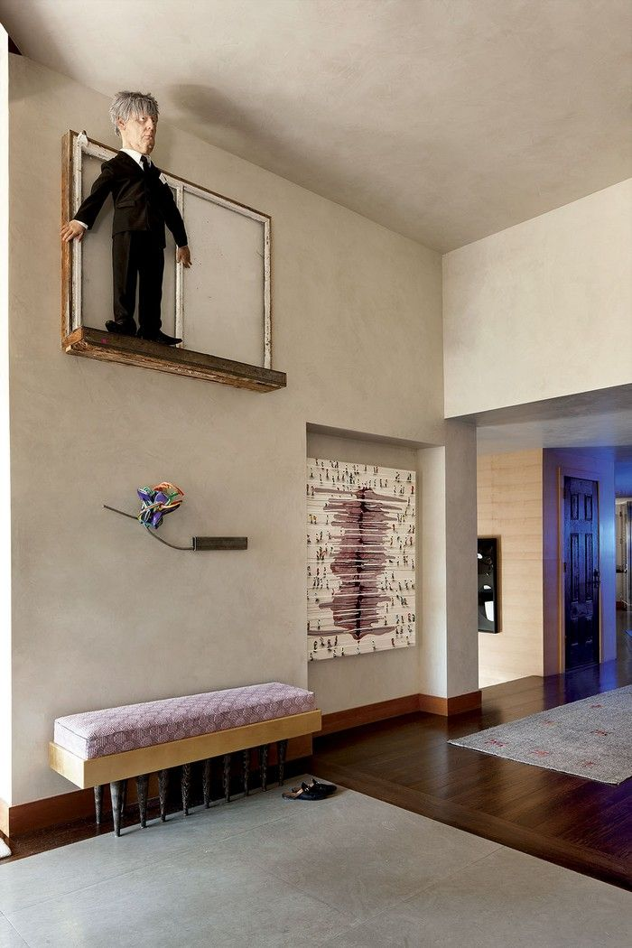 This contemporary house in Aspen is a sophisticated showcase where an extraordinary art collection mixed with vintage and contemporary furniture create playful yet stunning interiors. To create a perfect modern background to display the art, the owner, compulsive art collectors, called the New York–based designer Sara Story, a collector herself.