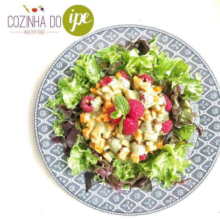 Saladinha do 3º dia de Detox At Home da Cozinha do IPE em BSB: salada de alface baby com salsão, cubos de cenoura e framboesas ao molho de tofu com hortelã. Super fresh!!! Outra excelente dica para o verão!!! ☀️☀️☀️