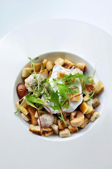 Gebakken eekhoorntjesbrood met croutons en een gepocheerd eitje http://njam.tv/recepten/gebakken-eekhoorntjesbrood-met-croutons-en-een-gepocheerd-eitje