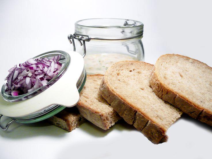 Domácí škvarková pomazánka s cibulkou a feferonkou. #ukastanubranik http://www.ukastanu.cz/branik