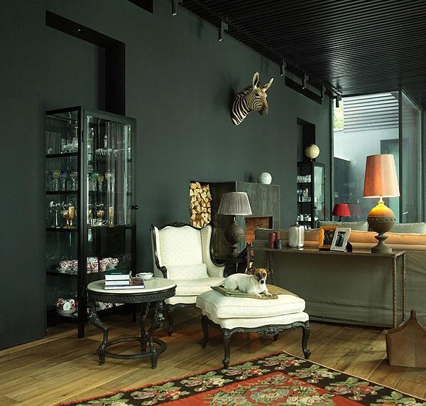 Murs noirs, candélabres, cheminée...sublime!