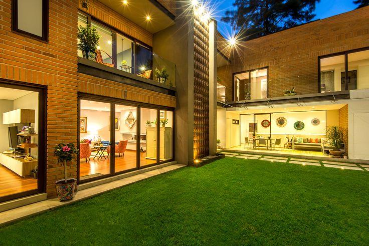 Vista noctura, jardine, area de comedor y sala de estar, canceles de madera. MULTIVI #ventana #ventanademadera #madera #multivi #puertademadera #puerta
