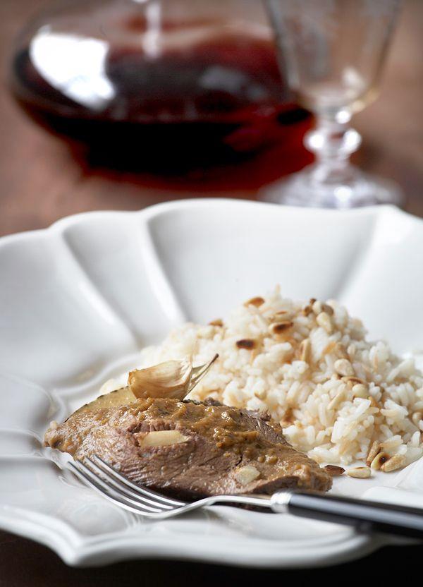Το νουά κατσαρόλας είναι από τα πιο κλασικά και αγαπημένα πιάτα για το οικογενειακό τραπέζι. Θα το συνοδεύσετε με ρύζι ή πατάτες τηγανητές ή πουρέ πατάτας.