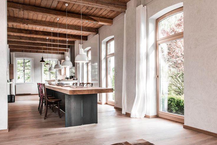 Bauernhaus mit Scheune im Alten Land, die als Fotolocation dienen. Liebevoll restauriert mit wunderschönen Holzfenster-Elementen.